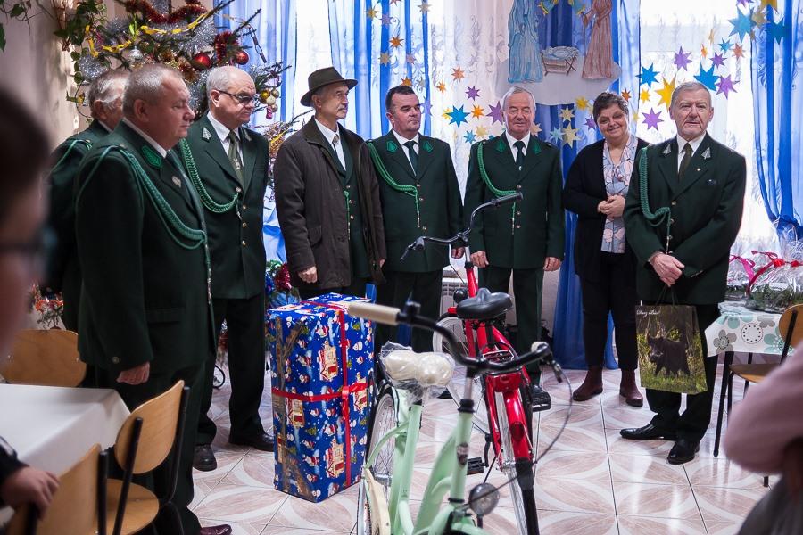 """Mikołaje w zielonych mundurach z Koła Łowieckiego """"Dudek"""" w Ostrowcu Św."""